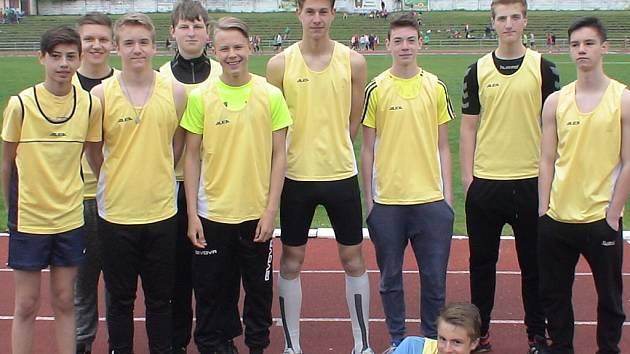Patrik Suchopárek (uprostřed).