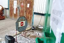 Sběrný dvůr je kvůli sporům dvou firem mimo provoz. Nebezpečný a rozměrný odpad lidé nechávají před jeho branami.