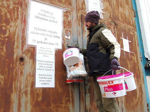 Redaktor Deníku Martin Vokurka jde vyzkoušet, kam může odložit nebezpečný odpad, když nefunguje sběrný dvůr.