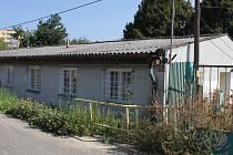 Zazděná okna a obrůstající plevel tak vypadají budovy ubytoven, které čeká demolice.