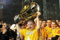Jakub Petružálek s mistrovským pohárem v roce 2015.