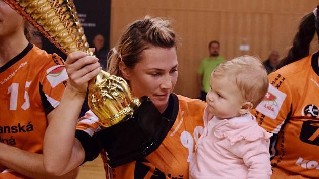 Lucia Mikulčík s pohárem a malou dcerou.