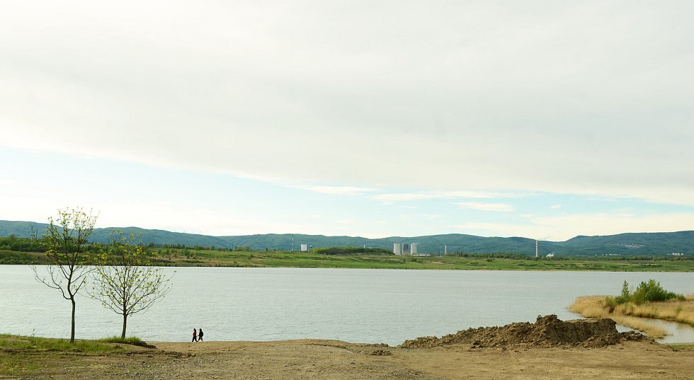 Jezero Most se už stává atrakcí, přestože přístup k vodě ještě není povolen kvůli výstavbě rekreačního zázemí na pobřeží.
