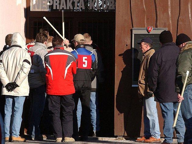 Vyšetřovatelé za pomoci figurantů začali 22. ledna 2004 ráno na místě zjišťovat okolnosti incidentu, při němž 27. prosince 2003 ochranka diskotéky Neprakta klub v Mostě smrtelně postřelila dva mladíky. Cílem rekonstrukce, které se zúčastnilo 12 svědků, by