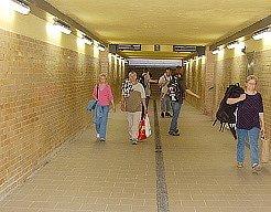 První lidé, kteří procházejí zrekonstruovaným podchodem.