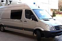 Mercedes s vysunutým teleskopickým nosníkem dvou kamer.