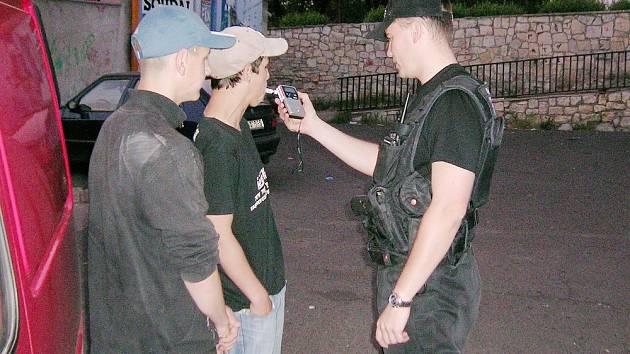Mostecký strážník kontroluje šestnáctileté mladíky. Dechová zkouška prokázala více jak jednu promili alkoholu v krvi.