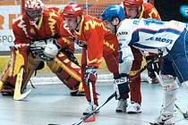 NOVÁ SEZÓNA. Mostecký Radek Procházka (v bílém) čeká na vhazování. Extraligoví hokejbalisté Penta zahájí novou sezónu doma.