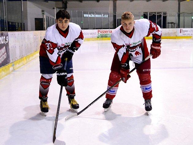 Hokejové mezinárodní turnaje pořádané Zdeňkem Kolmanem jsou nejen o sportu, ale také o setkávání. Dokazují to například hráči v týmu Avantgardu, Georg Saakyan (vlevo), který dojíždí z Německa a  Slovák Tobiáš Marguš, hrající v Třinci.