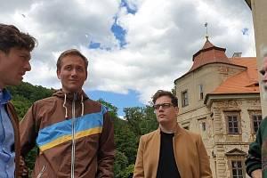 Zástupci uměleckého souboru Collegium hortense Jan Zástěra a Jan Matoušek při diskusi se starostou Horního Jiřetína Vladimírem Buřtem.