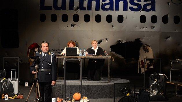Městské divadlo v Mostě uvede 19. října v premiéře soudní drama Teror od německého dramatika a právníka Ferdinanda von Schiracha. Foto je ze zkoušky.