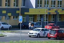 Základní a střední škola v ulici Jana Palacha v Mostě má řadu let potíže s parkováním rodičů dětí s různým postižením. Míst pro auta je málo. Zlepšení navrhne studie.