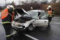 Hasiči odklízejí následky střetu dvou aut u Bečova