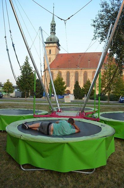 Přípravy na Mosteckou slavnost ukostela, pátek večer.
