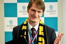 Šéf Unipetrolu Marek Świtajewski s šálou litvínovského hokejového klubu, který firma sponzoruje.