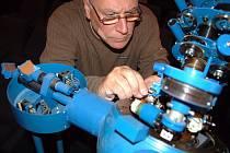 Ulrich Noack opravuje projektor v mosteckém planetáriu.