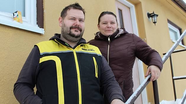 Zdeněk a Jana Sáčkovi u jejich domu v Odolicích