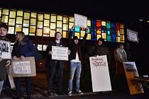 Mostečané na demonstraci před knihovnou odmítli její stěhování do Repre