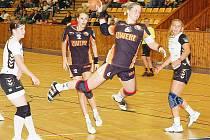 Mostecké hráčky (v černém) v utkání s Bánovci prohrály o tři branky.