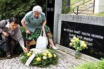 Marie Pešková a Ludmila Hawelková z ČSBS kladou na mosteckém hřbitově věnec padlým rudoarmějcům.