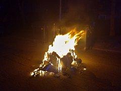 Hořící kontejner znovu osvítil noční ulice v Mostě