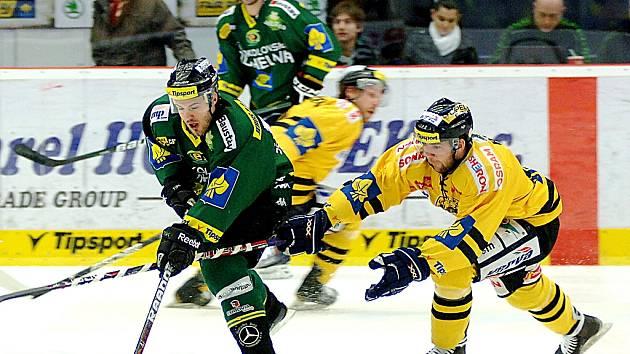 Hokejisté Litvínova (ve žlutém) vysoko prohráli v Karlových Varech.