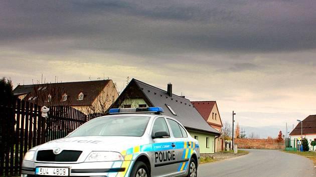 Mariánskými Radčicemi projíždějí policisté.