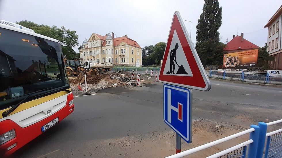 U mosteckého gymnázia v ulici ČSA pokračuje náročná rekonstrukce popraskané kanalizace a poruchového vodovodu.