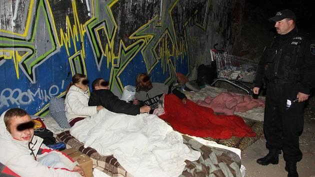 Bezdomovci pod mostem u nemocnice.