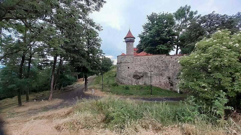 Mostecký hrad na vrchu Hněvín, jeskyně je směrem vlevo.