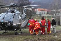 Zraněného dělníka transportoval do nemocnice vrtulník záchranářů