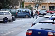Stavební úřad v Mostě schválil záměr rozšířit parkovací místa v ulici Mladé gardy