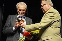 Alois Švehlík přebírá v Mostě cenu Forever Young od Václava Hofmanna.