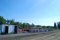 U bývalého fotbalového hřiště za železniční tratí v Obrnicích stavební dělníci budují nové zázemí.