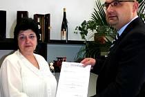 Vicepresidentka svazu pacientů Blanka Cicková předává poslanci Josefu Tancošovi jmenování.