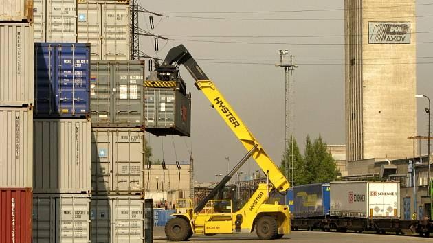 Terminál AWT v Paskově k překládání kontejnerů a návěsů s kontejnery mezi železniční a silniční kamionovou dopravou.