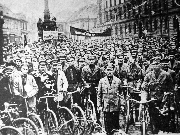 Příslušníci tzv. komunistických pořadatelských sborů na 1. náměstí v Mostě v době Velké Mostecké stávky.