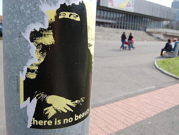 Protimuslimský plakátek v Mostě.