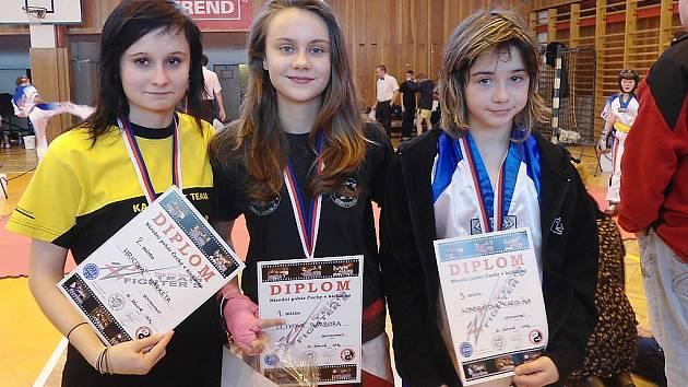 Mostecká Barbora Zetková (uprostřed) se svými soupeřkami. Byla první.