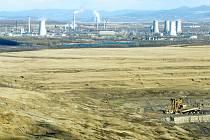 Uhelný důl ČSA u Horního Jiřetína, v pozadí chemička. Šachta patří skupině Severní energetická, která usiluje o rozšíření těžby za limity směrem k městu.