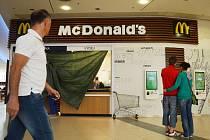 V mosteckém Centralu vrcholí přípravy na otevření nové restaurace McDonald's. Sídlí ve druhém patře, kde bude sdílet společný stravovací a odpočinkový kout s provozovnami Ugova čerstvá šťáva, Slovanka, Bufet.cz, Panda a Červené jablko.