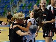 Mostecké házenkářky (v černém) v přípravném zápase s rumunskou Kluží.