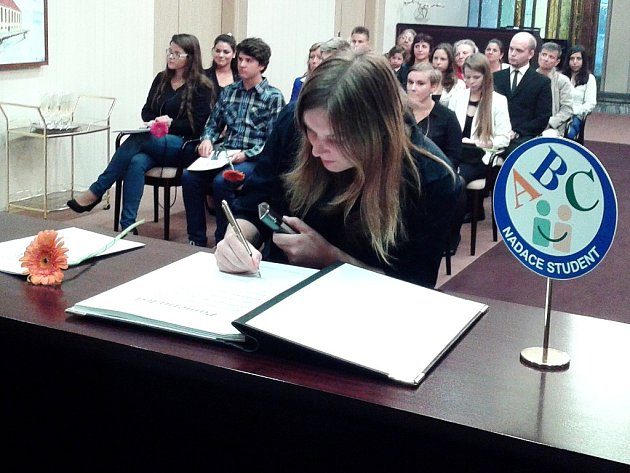 Nadace Student v Mostě rozdávala mládeži stipendiia.