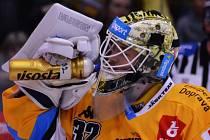 Jaroslav Janus s novou maskou v zápase se Spartou.