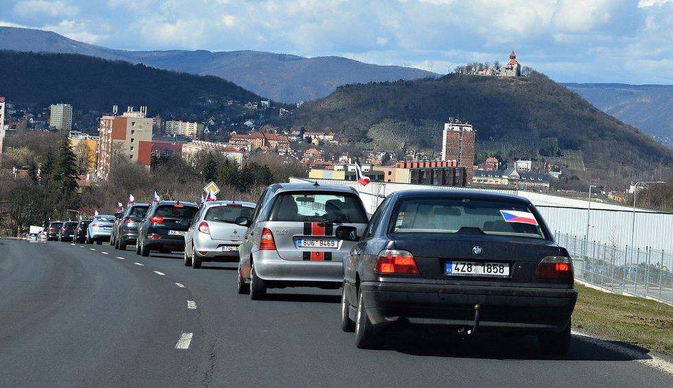 Protestní jízda proti vyhlášeným vládním pandemickým opatřením v ulicích Mostu.