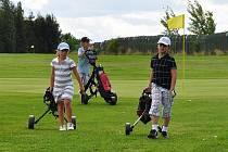 Děti na současném golfovém hřišti v Mostě.