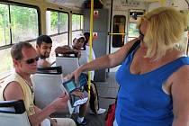 Cestující bez jízdenky napadl revizory.