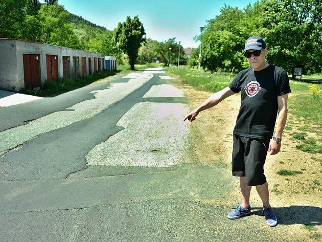 Invalida Miroslav Bernášek u garáží v ulici Hořanská cesta, kde musel vystoupit z taxi a jít na autodrom pěšky.