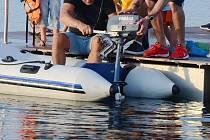 Skupina rekreantů přinesla k jezeru Most motorový člun a jeden z mužů vyjel na vodu. Takové jízdy ale zakazuje návštěvní řád.