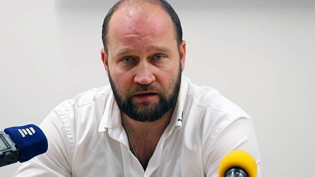 Jiří Šlégr před mikrofony novinářů.